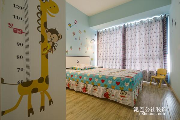 小孩的卧室则用淡蓝色背景,贴上卡通墙纸,突显儿童时代的可爱、调皮的个性