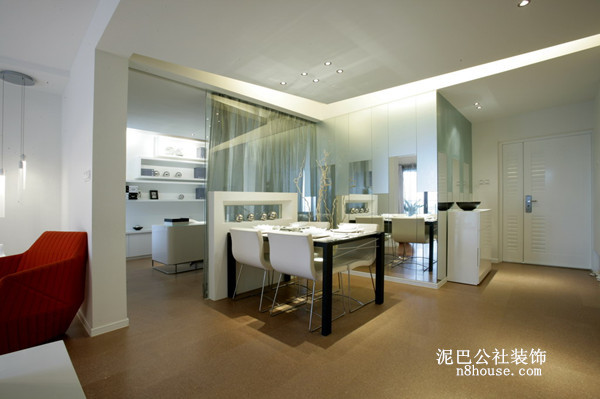 空间面积不是很大,所以方形的小餐桌更适合,在墙面放置一面镜子,使得原本不大的空间更开阔