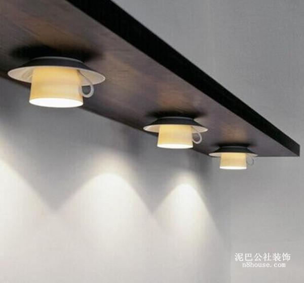 使用回收的美丽陶瓷茶具为原材料,仅进行少量改造便成为一座全新的吊灯。