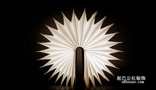 外形类似一本精装本图书,它的功能和形态都十分直观地表现出来。翻开书本就能将灯打开,合上书就是关灯。灵活的书脊让使用者能自由控制亮度,只要调整书打开的角度,不需要任何开关或按钮