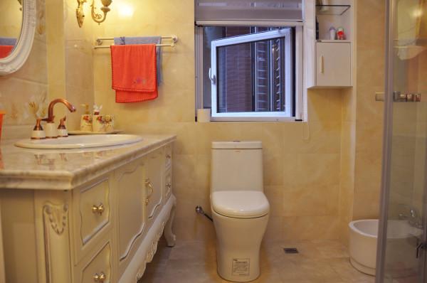 在卫生间的设计上,设计师根据客厅和卫生间之间不是承重墙体,并考虑到客厅沙发的摆放,将客厅和卫生间的结构进行了重新规划,帮助主人将淋浴房放进了卫生间。