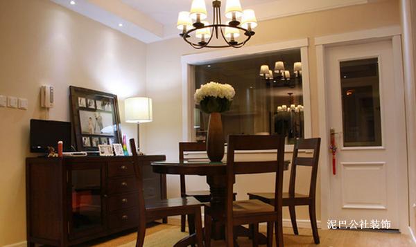 餐厅  餐桌椅和餐边柜是仿HH的一个家具品牌
