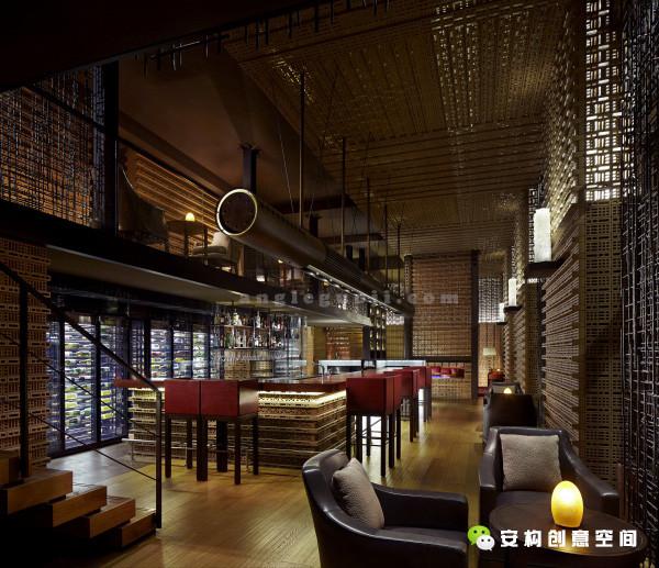 酒店推出以居住概念设计的全新丽思卡尔顿行政楼层,包含一间能够全天供应五种食品以及饮品的开放式厨房、一间私人餐厅、一个设有私密空间和精致酒吧的酒廊。