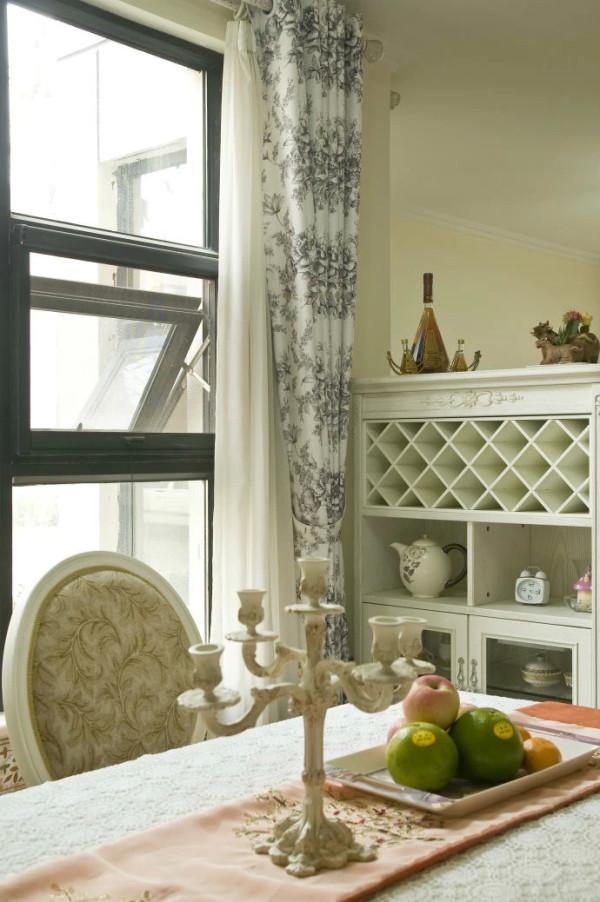 餐厅和客厅用了一个餐柜做了一个区域的划分,通过这种弹性的分隔方式,充分展示了洋房的层次之美,并充满灵活性。餐柜可摆设平时的生活用品,还可摆放红酒,顶部也可摆放饰品和花。