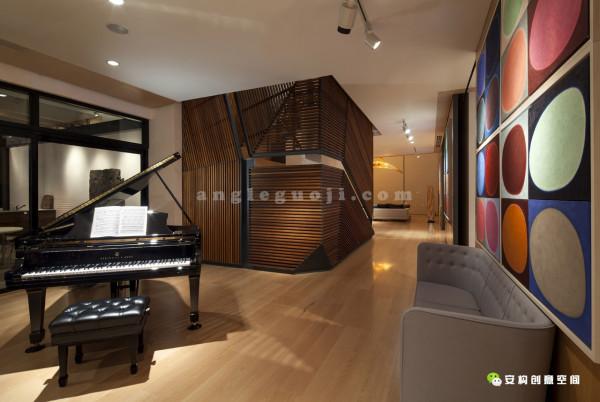 主饭厅摆放着一架豪华钢琴,同时连接到主阳台。在东南面的较小的阳台内,一个巨大的贮水池在早上反射出闪烁的光。除了与外部的整体混合,这个等级还拥有在短时间内改变的能力,通过两个巨大的移动墙调节隐私空间。