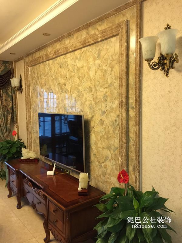 客厅的背景墙采用的是典型的金色主基调,电视柜恰到好处地起到了收纳的作用