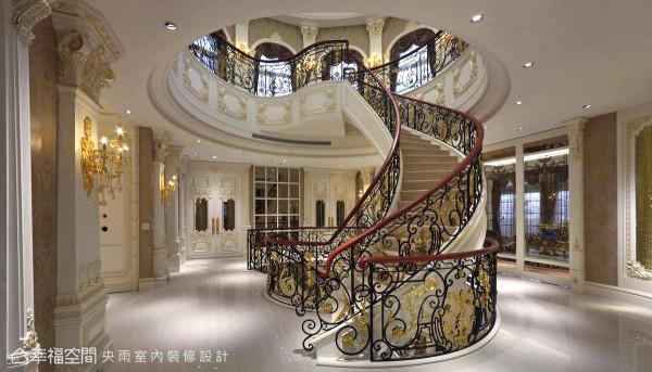 进入以旋转梯为中心的大厅,承袭古典对称语汇设计,将动线整合于此。