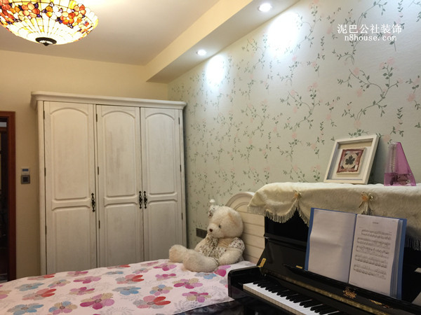 女孩子的卧室,背景墙可以用小清新的田园风格的小花做壁纸,看起来更加温馨
