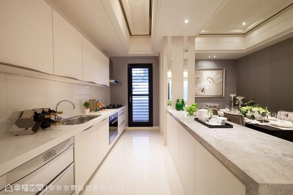 难以控制的冰箱造型,你你空间设计以错落镜面为线性,美形收冗了大型电器的滞碍。