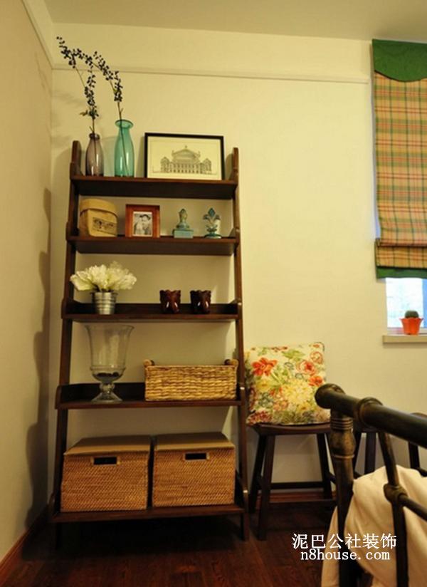 如果嫌弃居室空间不够大,可设置置物架,既能容纳杂物,又能起到装饰的作用