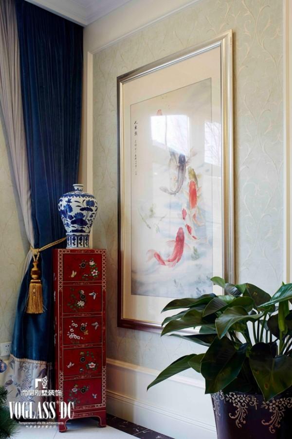 客厅角落:英国诗人的手稿配上精致的边桌,体现出一种人文气质