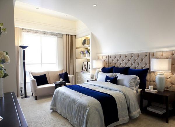 设计理念:米色让卧室更温馨。亮点:绒毛地毯和软包让整个空间更柔软。