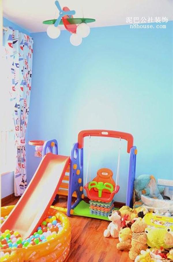 蓝色背景墙,较柔和的色调对小孩子的眼睛起到保护作用,各种玩具设备看起来是不是萌萌哒