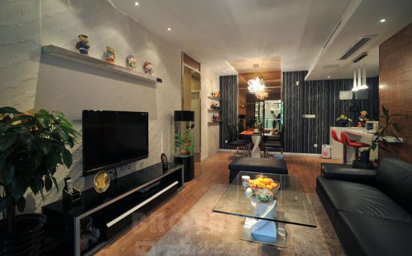入户进客厅第一感觉是非常重要的,电视墙使用了白灰色质感涂料,地面全部使用了地板