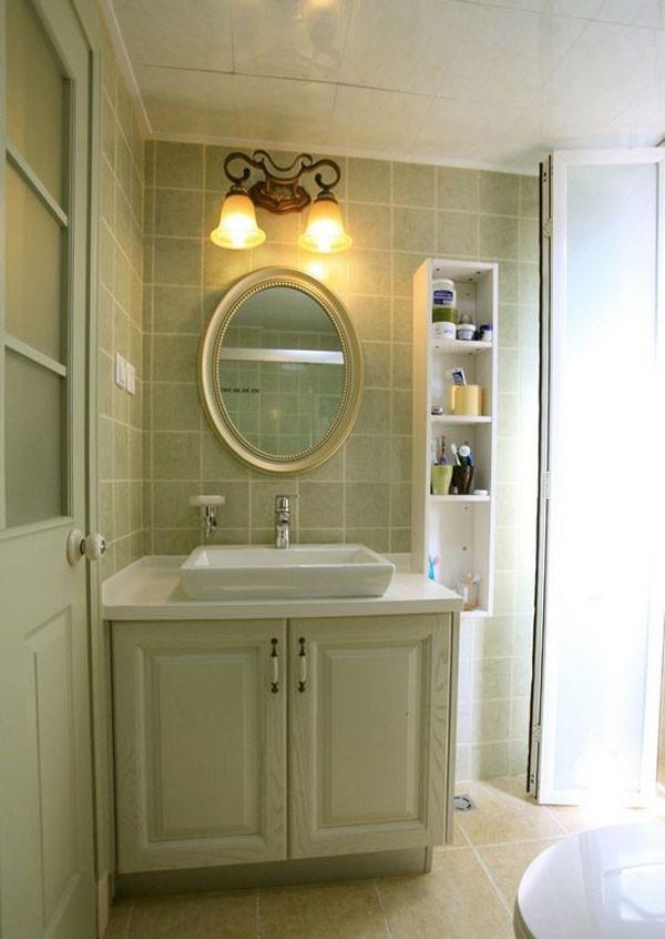 卫生间是延用了房子的整个色调,选择了偏古朴但是清新的绿色瓷砖,绿色柜子,白色储藏柜子。搭配又特点的欧式风格的壁灯。椭圆形的镜子。