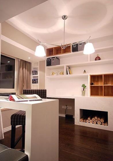 沙发背后设计了一个开放式的书房,时尚而靓丽,书架下的假壁炉设计非常有意思。