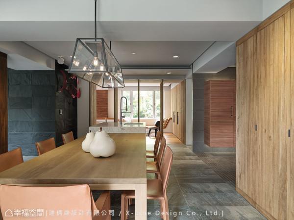 餐桌采用原木切割,呈现最自然的细腻度;X 轴向的则拉出两端的框景,由室内框景拉至窗景,唤起屋主最美好的记忆!