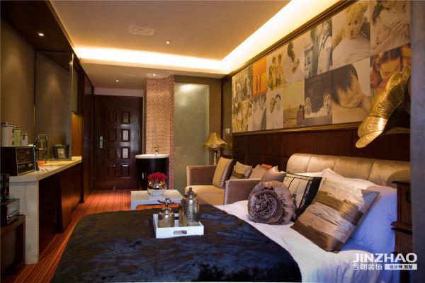 会客区与卧室,将男士的作品一一陈列,形成空间内吸引眼球所在;而怀旧的铜制饰品,小资情调浓郁。