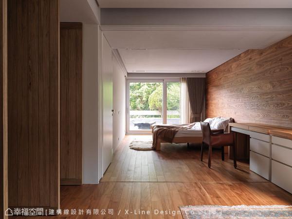 主卧表现上,也同样精彩,运用温润的实木铺述地板与床头立面;户外则与户内景致则交融一室,微风抚过,掠上心头卷起深层的悸动。