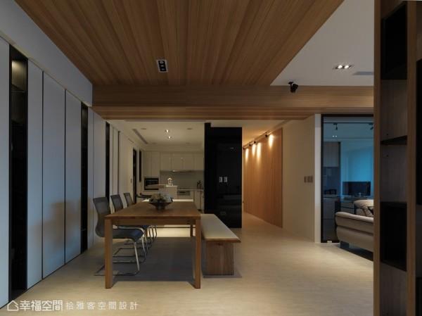 隐于动在线的开门设计,让位居客厅后方的玻璃屋,有着不得其门而入的视觉乐趣。