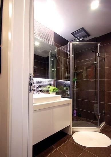 灰色瓷砖,白色柜子的卫生间