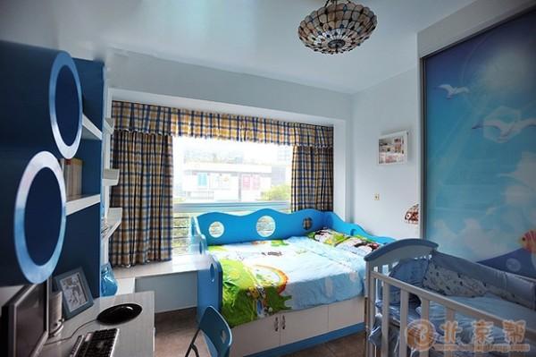 在家具的选择上,也是选择了多事白色的木质搭配金属把手的特色家居。