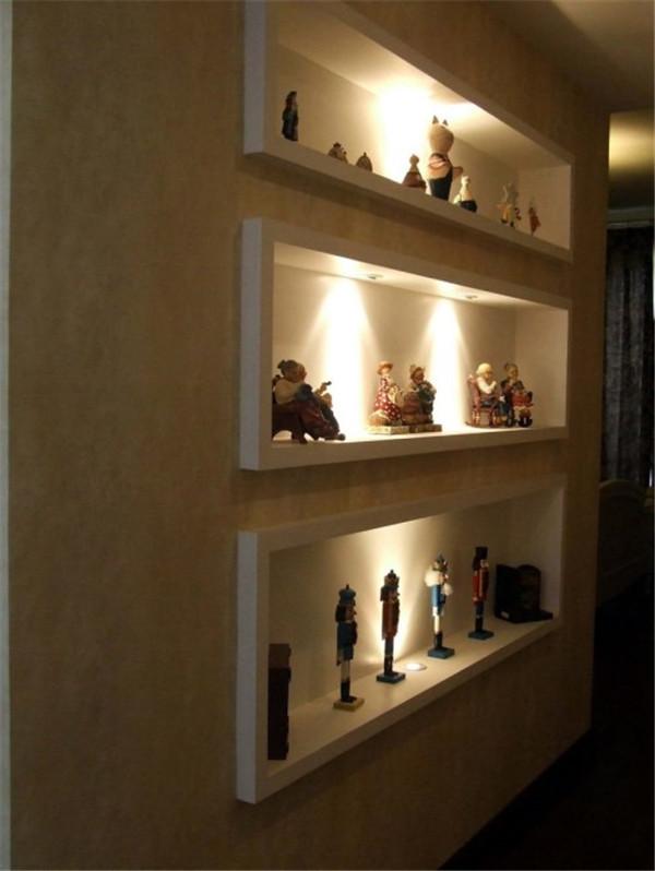 墙面装修细节设计,一个简易隔板架、数排内嵌式储物间、几束壁灯,简单几笔就能成就盎然的趣味。