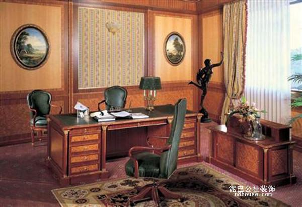 图案细腻的地毯、画框里的壁画,装饰元素搭配得恰到好处