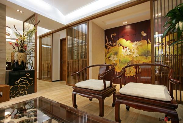 装修的色彩一般会用到棕色,这种颜色特别古朴、自然。但如果房屋整个色调都是棕色,就会给人压抑的感觉。所以灯光的设计调节也相当重要。