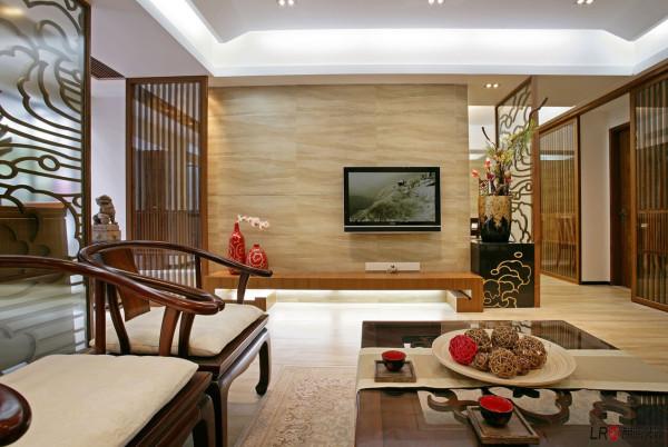 中国传统室内陈设包括字画、挂屏、盆景、瓷器、古玩、屏风、博古架等,追求一种修身养性的生活境界。