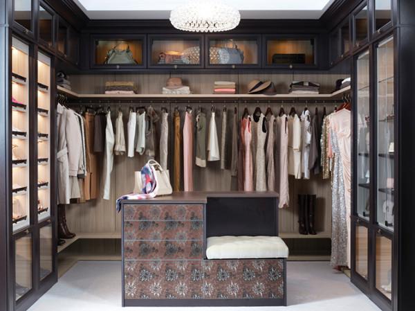 如果你是个office lady ,选这款准没错,哑光漆的木质展示柜质感非凡,米色风衣包裹着一个都市女子的玲珑心。