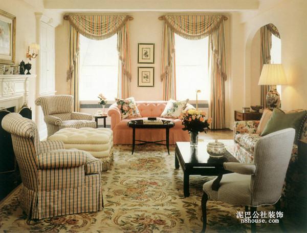 格子沙发,简单、朴素,窗帘亦是简单的条纹图案,最大的亮点是花纹地板,无不显示出田园的亲切、自然、柔美