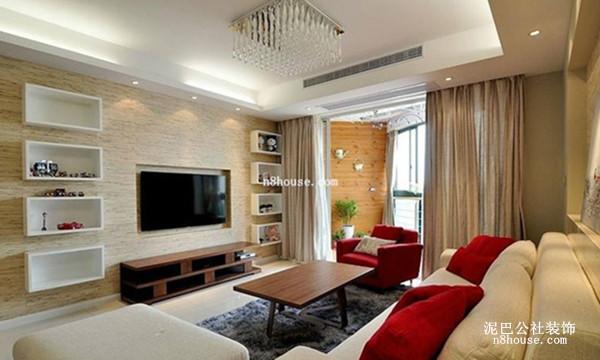 浅棕色的木质电视背景墙,特意打造四个置物柜,便于容纳,色彩艳丽的红色抱枕,抓人眼球,窗帘背后的阳台,闲来无事可坐上煮杯茶喝