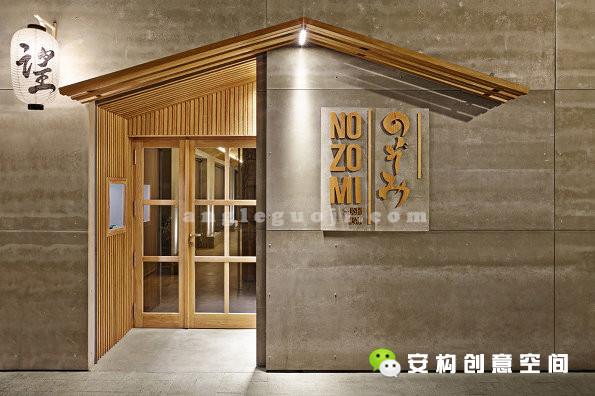 整个餐厅的面积233平方米。入口的屋檐,灯笼,玄关以及清水混凝土体现了浓郁,古典同时现代的日式风情。