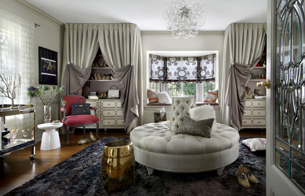 看到它,脑中不仅浮现一个词:女王范儿!定制的帘幔封存着属于自己的故事,手感柔糯的地毯配上舒适的圆形更衣凳,奢华气质咄咄逼人。
