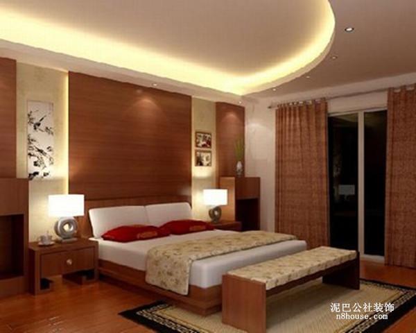 半圆弧的吊顶使得卧室空间更开阔,地板中央的地毯实用,可预防在卧室滑倒