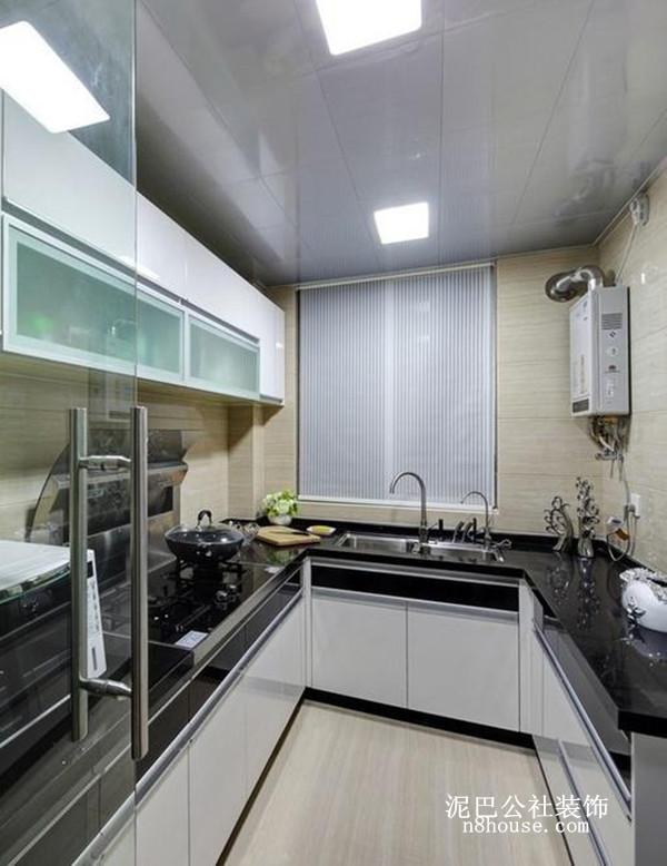 黑色大理石台面,白漆橱柜形成撞色,瓷砖增强透明效果,突出厨房的干净整洁