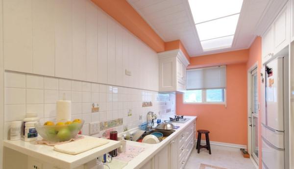 厨房也是选择了整个颜色,没有多少吊柜,吊顶用了比较有特点的这种灯,不晃眼睛,也很有层次感。