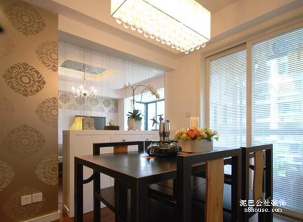 类似窗花图案的背景墙,浓浓的中国元素,利用白色漆式假柜做装饰,像一堵隐形的墙,将厨房和餐厅划分开来