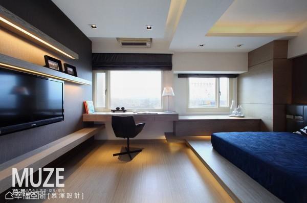 慕泽设计贯彻设计初衷,将远方阳明山与山脚下的点点星火,纳入三间卧房的窗景规划。