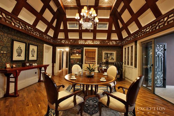 """会客室  沿左侧墙面,一张红色平头老条案古朴大气,与横梁处的镂空纹饰相应相和。     实木茶桌与软包座椅为典型欧式古典家具,这一室之内,一中一西的软装搭配,在""""合""""字形屋顶的构架下,衍生出静穆祥和的气氛。"""