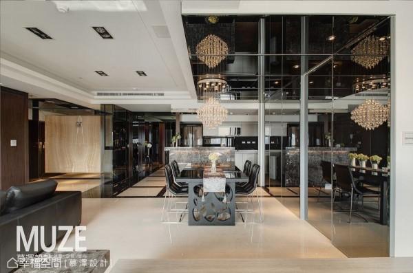 设计师延伸餐厅黑镜立面至天花处切齐梁下修饰,后方镜射出地风景则成为主墙设计。