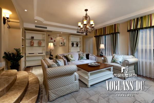 淡雅的背景色彩中,运用雕花线板与图案装饰空间,发掘华丽,细致的风采。居室氛围的营造,重要的是布艺的采用。