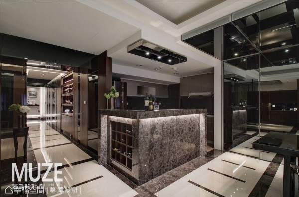 L型中岛吧台以光滑细致的大理石切割铺排,内嵌红酒柜设计增添lounge bar表情。
