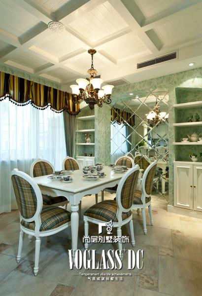 尤其是客厅、餐厅和家庭室量身定做的陈列柜,摆满了业主收藏的工艺品,都是国内非常罕见的精品摆件,极大满足了业主的爱好。