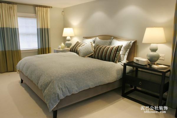 卧室里面,没有陈设,素雅的窗帘、简单四件套,凸显出卧室空间的宽敞