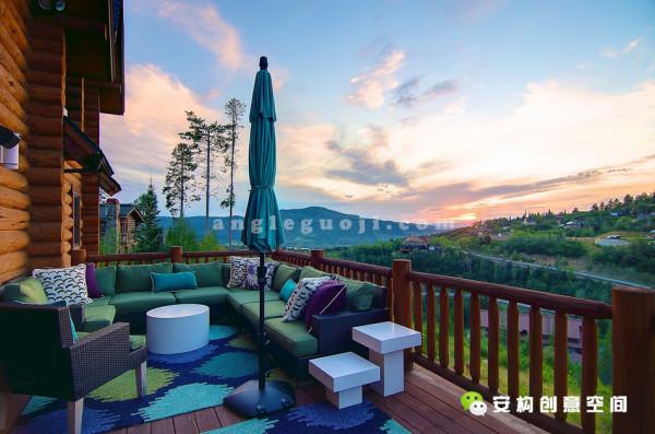 穿过温馨的餐厅来到宽大的露台,主人可以从这里俯瞰 Burgess Pines社区那空旷的天地,也可以从这里或者从天井里欣赏EmeraldMountain那异常壮美的日落佳境。