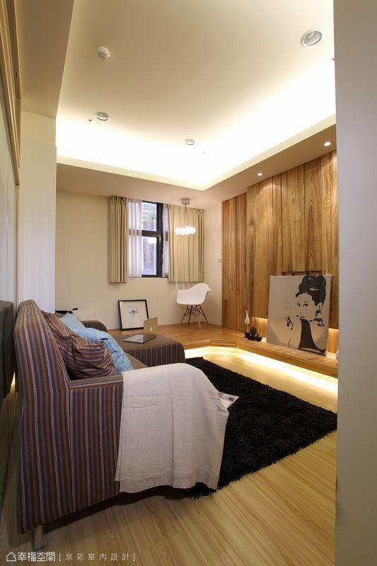 空间内部采用大自然元素,用木质营造温润的温馨都会宅,如电视墙的梧桐风化木与架高区的集层材实木地板,让木头纹理跃然于场域之中。