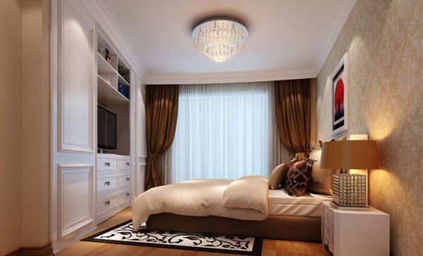 主卧室为异形空间,未设计前主卧室空间收纳空间不够,空间浪费很多,没有品质感,设计后通过一面墙的改动提升了收纳空间,也满足看电视的需求。