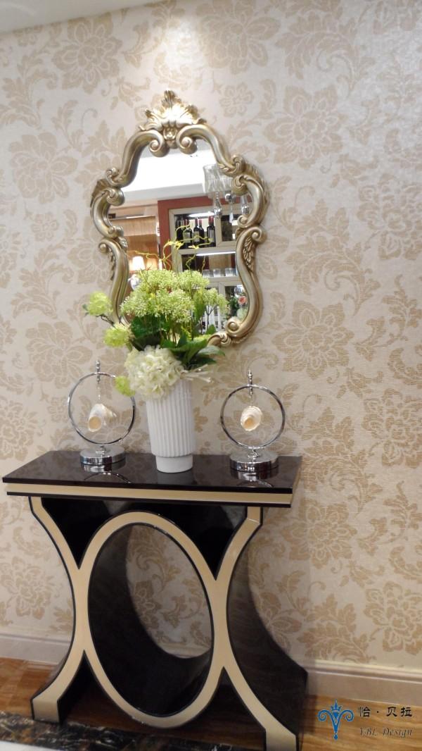 优美造型的案几在欧式花纹的背景下显得更加的雍容华贵,墙壁上的装饰镜延续了案几的元素,完美的结合在一起,让客人们即刻被主人高贵的品味为之赞叹。